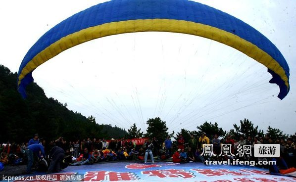 万丈绝壁跃入蓝天 国际滑翔飞行节岳阳举行