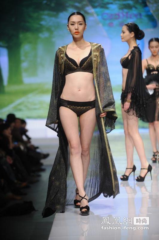 当地时间2011年10月26日,北京国际时装周,欧迪芬杯2011中国内衣设计大赛。一场汇聚了年轻设计师以自己对环境保护反思为灵感推出的时尚内衣创意设计,将时尚人士的目光紧紧锁住。观者忘记了比赛成绩,更多的是与作品一同沉入在思索当中。 这就是欧迪芬国际集团携手中国服装设计师协会共同打造的 欧迪芬杯2011中国内衣设计大赛。绿动时尚作为欧迪芬杯2011中国内衣设计大赛的主题,与当今世界时尚界的时尚观念新解紧密相连。20位冲过初赛、复赛层层挑战的选手们不再单单为赛事而追逐与创作,更为比赛唤起的年轻人的社会责任