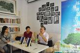 李菁,杨天石和主持人在凤凰网读书会现场