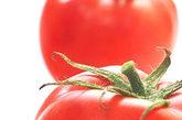 西红柿 西红柿含有较多的果胶、单宁酸,上述物质与胃酸发生化学反应生成难以溶解的凝胶块,易形成胃结石。