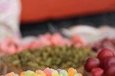 糖 糖是一种极易消化(消化食品)吸收的食品,空腹大量吃糖,人体短时间内不能分泌足够的胰岛素来维持血糖的正常值,使血液中的血糖(血糖食品)骤然升高容易导致眼疾。而且糖属酸性食品,空腹吃糖还会破坏机体内的酸碱平衡和各种微生物的平衡,对健康不利。