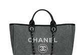 """日前,香奈儿(Chanel)推出2012春夏""""Chanel Cabas Ete""""全新系列包包。该系列新款包袋包括4款色彩、款式不同的大尺寸手提包,选用高级帆布面料制成。"""