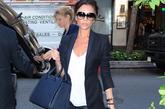 维多利亚·贝克汉姆 (Victoria Beckham) Victoria Beckham选择的是用一身黑色装扮来搭配皮裤,皮裤的质感刚好呼应了西装领部的皮革设计,虽然是同一个颜色,不同质地之间的对比打造丰富的层次感。