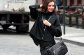米兰达·可儿 (Miranda Kerr) Miranda Kerr选择一款宽松的休闲外套搭配皮裤出行很是贴切,松垮的设计露出内搭的性感背心,配合贴身皮裤是当下最热门的型格造型。