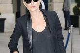 凯特·莫斯 (Kate Moss) Kate Moss用一条黑色皮裤搭配背心、西服,亮亮的皮质光泽十分引人注目,选择墨镜跟尖头高跟鞋装饰更显帅气。