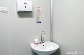 取精室内设有洗手池,并配有洗手液和烘手机,由于清洁人员及时打扫,看起来十分整洁。
