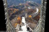 """慕田峪长城位于北京市怀柔区境内。距北京城73公里。北京著名长城景点之一,是明朝万里长城的精华所在。慕田峪长城的构筑有着独特的风格,这里敌楼密集,关隘险要,城两侧均有垛口。慕田峪长城旅游区群山环抱,风景秀丽。春季,群芳争妍,山花烂漫;夏季,满山青翠,流水潺潺;秋季,红叶漫山,果实累累;冬季,白雪皑皑,银装素裹,一派北国风光,在中外享有""""万里长城慕田峪独秀""""的美誉。慕田峪长城1987 年被评为新北京十六景之一,1992年被评为北京旅游世界之最。 2002年被评为 4A 级风景区。 2011年被评为5A级景区。"""