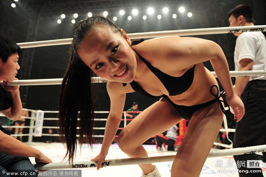 2011世界搏击争霸赛开赛 举牌美女引人侧目[高清]