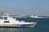 """""""井冈山""""号抵达湛江,与""""昆仑山""""号会师。在中国航母平台正式服役前,""""昆仑山""""级两栖舰仍是中国海军现役最大战舰。(来源:环球网)"""