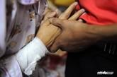 7日中午,西乡河东社区,杨武(化名)和妻子王娟(化名)绝望无助相拥而泣,她手腕上自杀的伤口被纱布抱着。