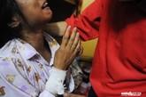 7日中午,西乡河东社区,杨武(化名)和妻子王娟(化名)绝望无助相拥而泣,她手腕上自杀的伤口被纱布抱着,无名指上的婚戒则十分刺眼。