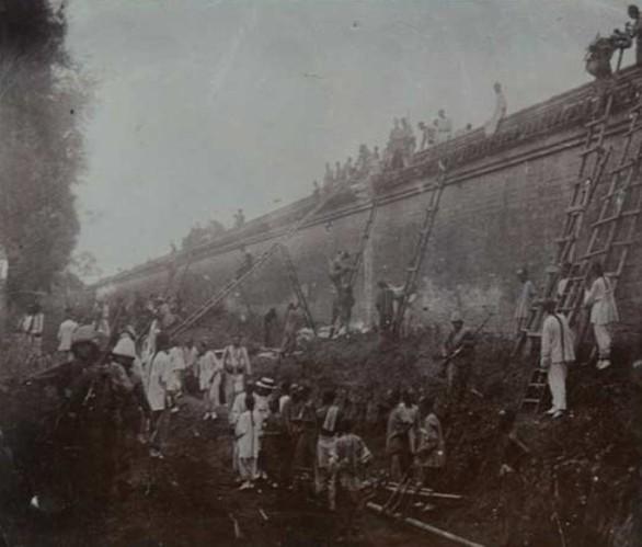 1900年中国百姓帮八国联军搭梯子攻入紫禁城
