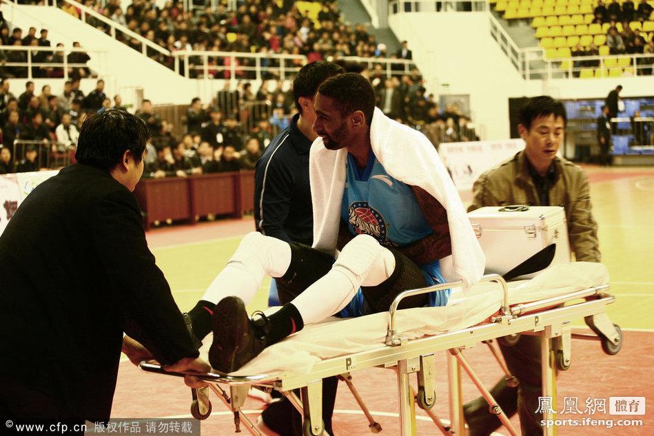 CBA热身赛:新疆Vs上海 杜比骨折常规赛季报销[高清]