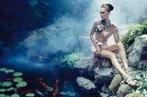 西方人对于东方美学的迷恋由来已久。关于东方之美的表达似乎并不一定全是固有的印象符号。抛开龙飞凤舞,同样可以传达独属于东方的情愫。浓郁饱和的色彩不用过多笔触营造,就已经出呈现西方审美中关于东方的美好片断。这组来自2011年12月刊德国版《VOGUE》的封面主题摄影作品由目前排名第四Karlie Kloss演绎,妖娆妩媚的神情十分到位。 摄影师:Alexi Lubomirski 模特:Karlie Kloss
