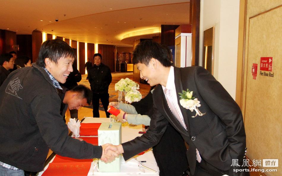 青岛中能队长刘健大婚 曲波张外龙到场恭贺[高清]