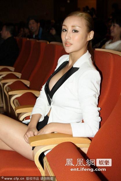 日骚皮美女_11月21日,电影《东成西就2011》首映礼在京举行,\
