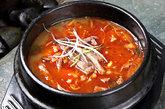 解酒汤,鉴于韩国的饮酒文化,韩国发达的解酒饮食文化并不奇怪,辣的炖菜和汤类成为了饮酒前、酒后食物的不错选择。解酒汤用牛肉、白菜、豆芽、萝卜、大块的牛血等制作而成,浓烈的味道足以叫醒你呆滞的大脑。