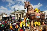 """2009年9月,反核抗议者聚集在柏林的勃兰登堡门前举行示威。阿塞二号已经成为核能时代长久无法摆脱的危险性象征。联邦防辐射办公室发言人说""""我们不得不无期限地储存这些废料。这些东西摆在这里确实非常危险。"""""""