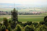 2008年6月拍摄的照片:阿塞二号核废料场存在的标志,是耸立在德国中部田野上的部分老矿区设施(铁塔)。20世纪60年代,德国的核能源计划日益扩展,政府在以低廉的价格购买盐了这座由于亏损而被遗弃的盐矿,想把它作为解决性核废物储存问题的实验场。现在矿区变得不稳定,而且有水淹的风险,这促使各方作出努力,争取在它崩塌前找到另一个存储点。