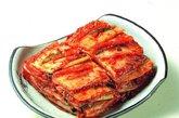 泡菜,泡菜是在每一个韩国料理的最佳搭档,它的历史可追溯至新罗王朝(约2000年前)。韩国泡菜是将辣椒、大蒜、生姜和大葱、白菜一起腌制而成。