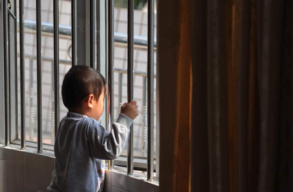 """广东""""艾滋弃儿""""被隔离3年 求领养"""