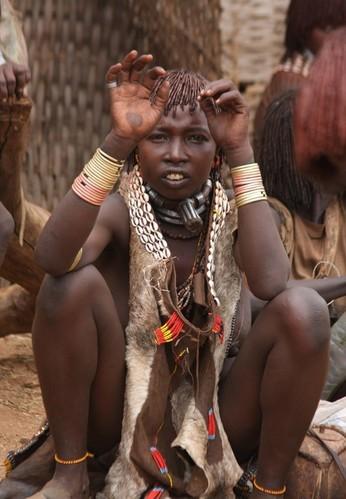 探秘非洲最后的原始部落 女人嘴大如盘(图)