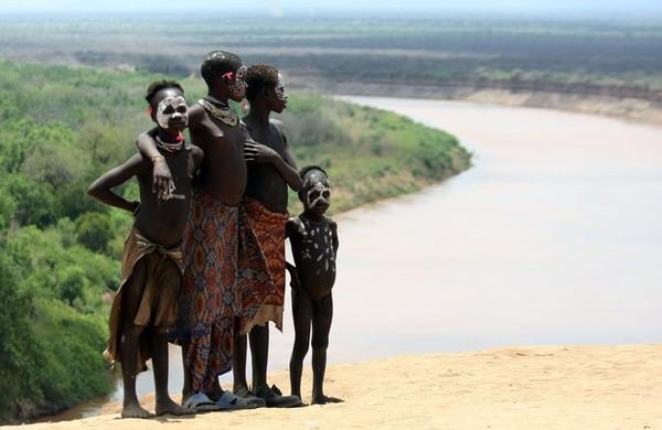 原始女人_探秘非洲最后的原始部落 女人嘴大如盘(图)