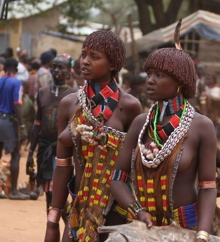 探秘非洲最后的原始部落 女人嘴大如盘(图)_科