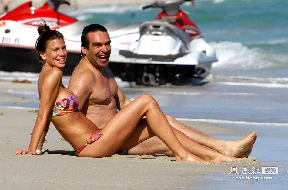 女星携闺蜜度假 水中嬉戏被偷拍[高清大图]