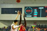 北京时间12月11日,2011-2012赛季CBA第10轮山西106-86山东。图为亨特后仰跳投。