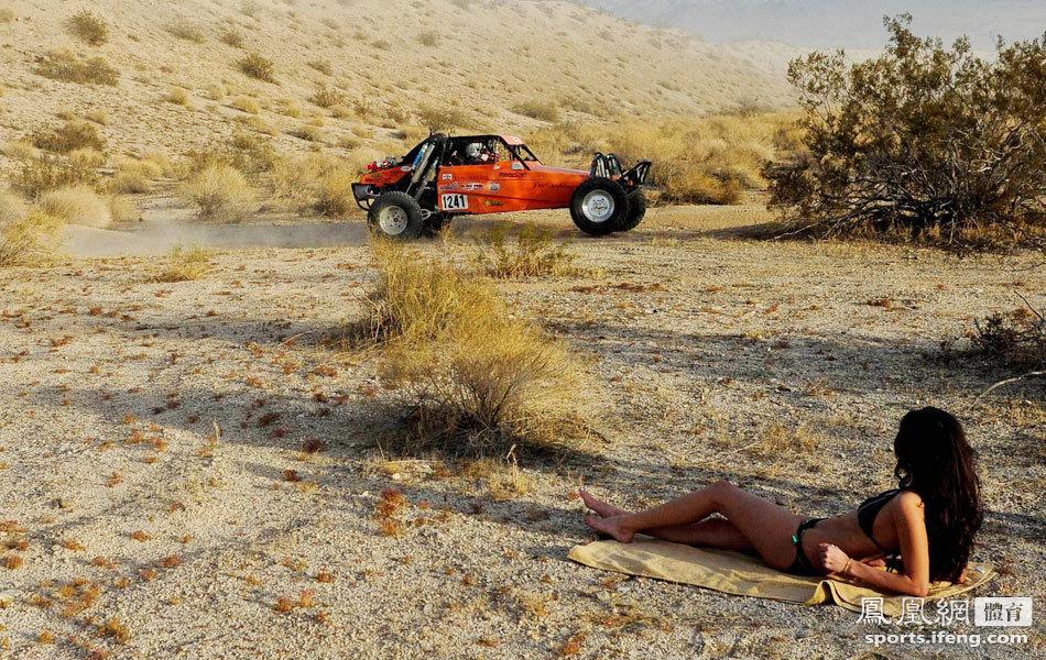 美女沙漠脱衣观赛车 场面火爆撞车不断高清大
