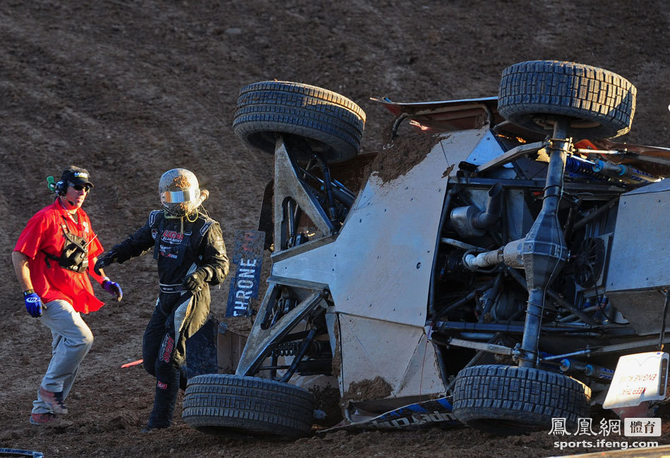 沙漠不断脱衣撞车车高清a沙漠观赛场面[美女大中岀美女图片