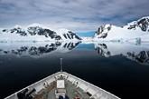 南极,美得令人心醉,任何言语的表达面对此景都苍白无力。沿着水道慢慢行进,整个世界异常安静,只听见冰山融化时成千上万小气泡冒出水面的微微响声,以及小艇与水面的浮冰碰撞所产生的音韵。