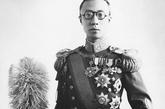 """爱新觉罗·溥仪(1906年2月7日~1967年10月17日),是清朝最后一位皇帝。其为清朝皇帝在位时年号""""宣统"""",通称宣统皇帝(1909年-1912年,1917年7月1日—12日)。其在伪满洲国皇帝位时年号""""康德"""",又称康德皇帝(1934年—1945年)。"""