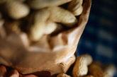 """专家对此分析称,这是因为一直以来,人们都认为吃高脂肪食物,像花生、花生酱等容易发胖,但是研究发现,经常吃花生和花生酱或使用优质花生油膳食,不仅不会导致发胖,还能达到帮助减肥的目的。对比实验证明,吃了花生和花生酱后,两个小时至两个半小时内都不会觉得饿;而如果吃其他蛋糕之类的零食,不到半个小时,饥饿感又袭来。""""尽管花生酱等花生制品热量并不低,但由于吃这些容易有饱腹感,因而会让减肥者控制食欲。此外,花生、花生油及相关花生制品中还含有多种有益的纤维素,有清除肠内垃圾的作用,不会导致肥胖。"""""""