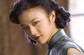 老上海妆第二要点:风情挑眉。上挑的眉毛总是有种欲言又止的诱惑,而且老上海式的挑眉一定要是纯黑色的,配合眼部的弧线选择上挑的弧度,这样会更加的和谐自然。