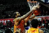 北京时间12月16日,2011-2012赛季CBA第12轮上海92-90山西。图为查尔斯抢篮板。