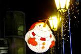 """漫步在澳门殷皇子大马路上,街道两旁的路灯和树上都挂满彩灯。这个胖乎乎的""""雪人灯""""超级可爱。"""