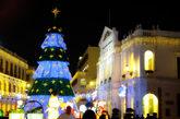 澳门议事厅广场上被装饰的极具节日气氛。硕大的圣诞树到了夜晚,会变换不同颜色的灯光。如此浪漫的场景怎能错过,快来拍张照。