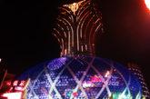 """澳门的地标当属新葡京,第一期蛋状钻石裙楼,面向旧葡京酒店。很多游客都觉得这个建筑更像是一个""""大菠萝""""。"""