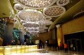 走进新葡京酒店,金碧辉煌,极为气派。天花板上的水晶灯很有特色。不过大部分游客来到这里都直奔博彩区,寻求刺激。对于博彩不感兴趣的游客来说外面的景致更迷人。