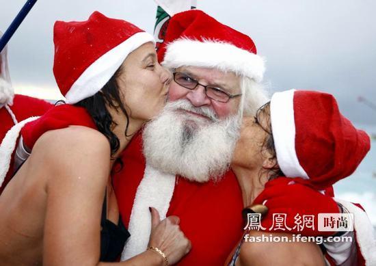 圣诞老人下海洗澡 美女左拥右抱好暧昧