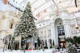 来到澳门美高梅酒店,有机会欣赏到在天幕广场中的精彩表演。如果没赶上演出时间,也不必遗憾,圣诞期间广场被装饰成白色的童话世界,相信你会被深深吸引。