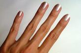 首先介绍的,是较为简单的镭射亮片美甲。首先,将珠光白色的甲油涂满指甲作为打底色。