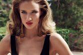 """自从成功出演《变形金刚3》后,超模罗西-汉丁顿-惠特莉的性感被更多观众所认可,最近她为时尚杂志《Harper's Bazaar》英国版2012年1月号时尚大片,摄影师Tom Munro负责掌镜。虽然身处寒冷的秋冬季节,这位""""撅嘴女王""""热度不减,变身泳池边的""""俏女郎"""",用性感的比基尼和标志性的复古红唇,上演了一部水池诱惑,让人禁不住大呼惹火,丝毫让人感受不到冬季的寒冷。"""