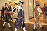 在威尼斯人酒店大运河购物中心,或许你还会碰到狂欢游行的队伍。他们沿着河道唱歌、舞蹈、杂耍……将欢乐带给游客。如果你将照相机镜头对准他们,表演者会特别开心。