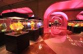 美高梅酒店连接澳门壹号广场,置身梦幻般的走廊让人不禁开始幻想,走到尽头映入眼帘的会是什么样的景象?
