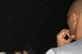 """据坐在科比身旁的观众说:""""桑娜-莱瑟抚摸了科比的脸,她伴随着音乐一直在科比面前扭动""""。科比的发言人迈克尔证实了两人一起看演唱会,但否认科比和桑娜在现场调情。"""