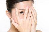 眼白出现三角、圆形或半月形的蓝色、灰色或黑色斑点:是肠道蛔虫病的常见症状。