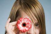 眼白发黄:证明出现黄疸。传染性肝病、胆道疾病、妊娠中毒及一些溶血性疾病是引起黄疸的原因。